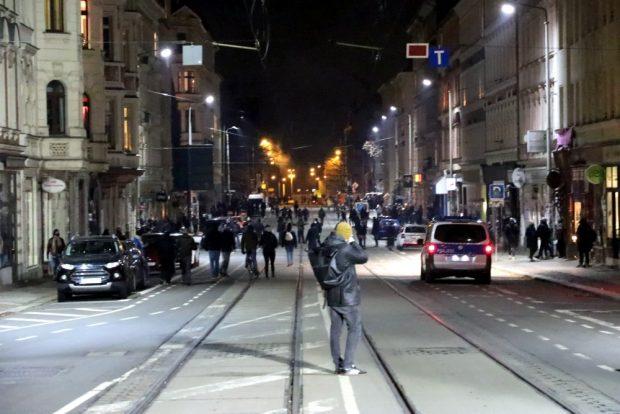 200 bis 300 Menschen auf der Heinzestraße am Kreuz. Foto: L-IZ.de