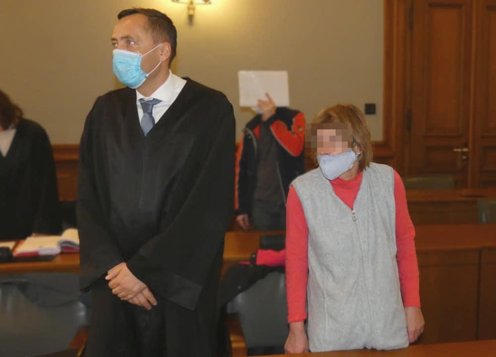 Jacqueline Z. (49), hier mit ihrem Anwalt Mario Thomas,muss für drei Jahre ins Gefängnis. Foto: Lucas Böhme