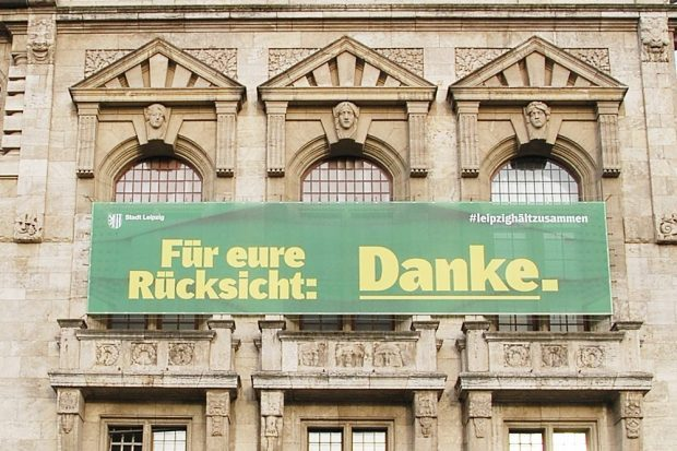 Aus Rücksicht heute nur eine Video-Konferenz-Sitzung des Stadtrates. Plakat am Neuen Rathaus. Foto: Stadt Leipzig