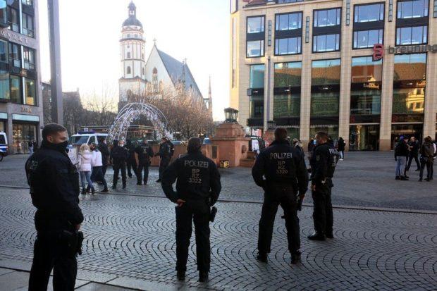 Die Polizei spricht gezielt Personen im Leipziger Zentrum am Markt an. Foto: L-IZ.de