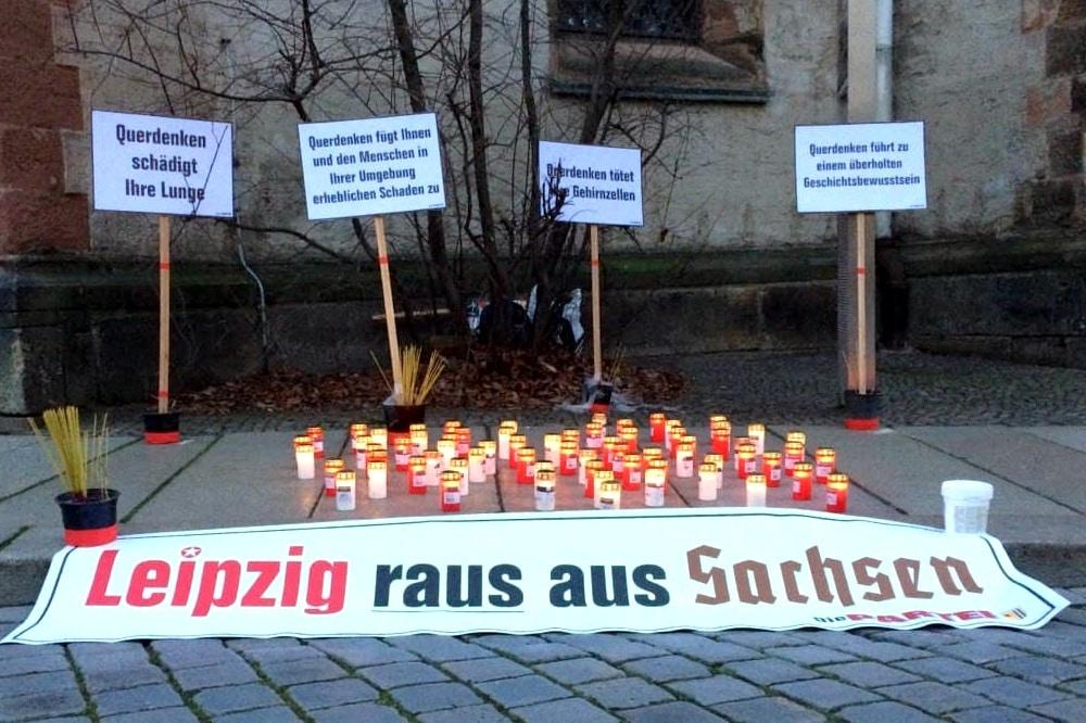 Die PARTEI mit einer symbolträchtigen Aktion an der Nikolaikirche. Foto: L-IZ-de