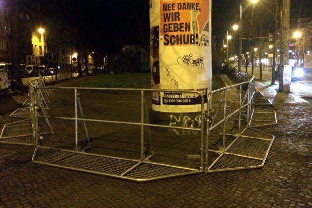 Aufgebautes am Connewitzer Kreuz und gähnende Leere auf den Plätzen gegen 22 Uhr. Foto: L-IZ.de
