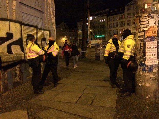 Mehr Beamt/-innen als Passanten am Connewitzer Kreuz zur Stunde. Foto: L-IZ.de