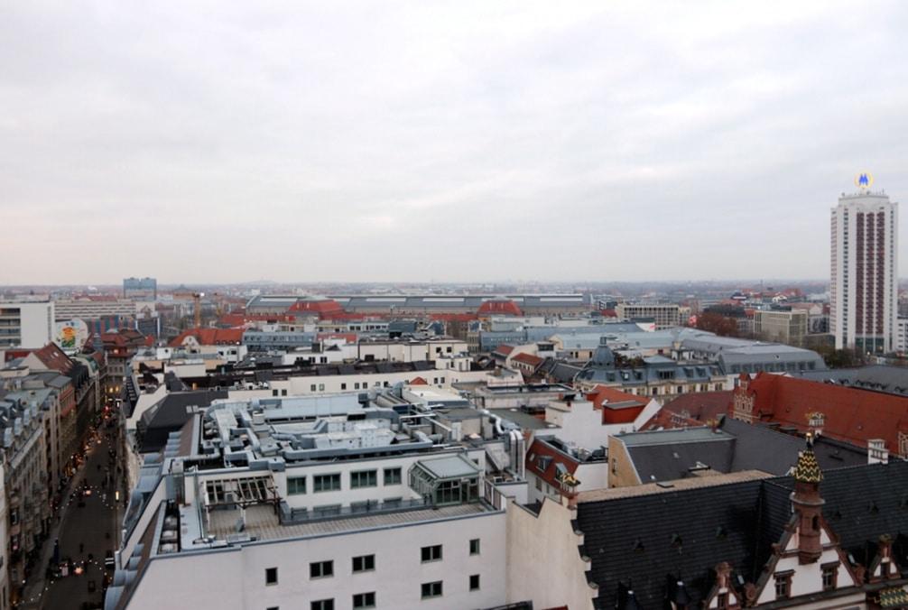 Panorama von Leipzig mit Nikolaistraße, Hauptbahnhof und Messehochhaus. Foto: L-IZ.de