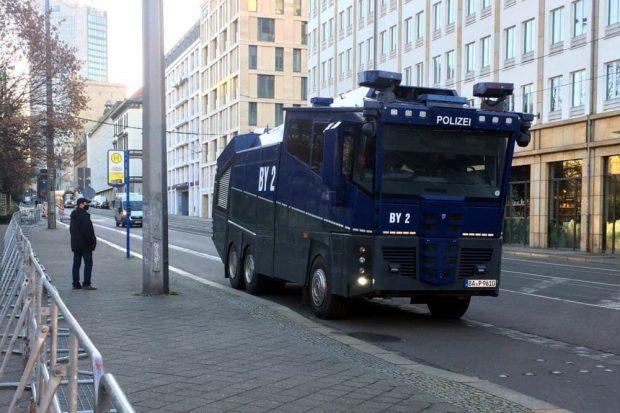 Wasserwerfer auf der Goethestraße. Foto: L-IZ.de