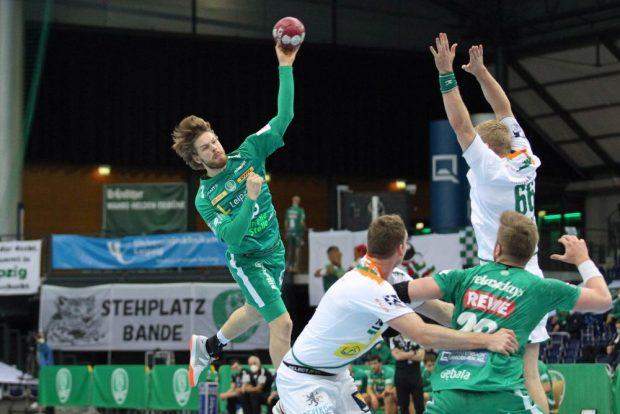 Gregor Remke versucht die Abwehr-Arme von Anton Lindskog zu überwinden. Foto: Jan Kaefer