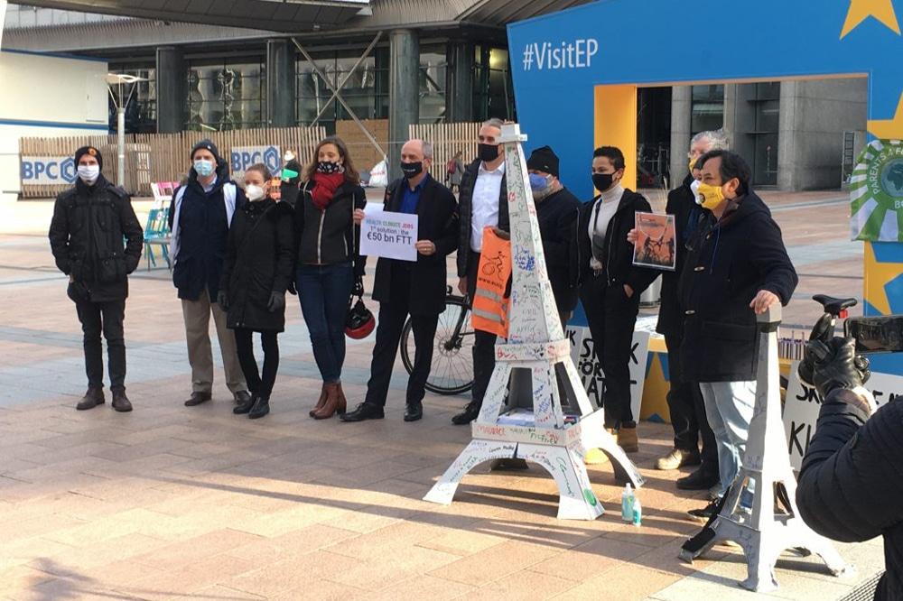 Übergabe des Eiffelturms an die EU-Politik in Brüssel. Foto: #ParisGoesBrussels