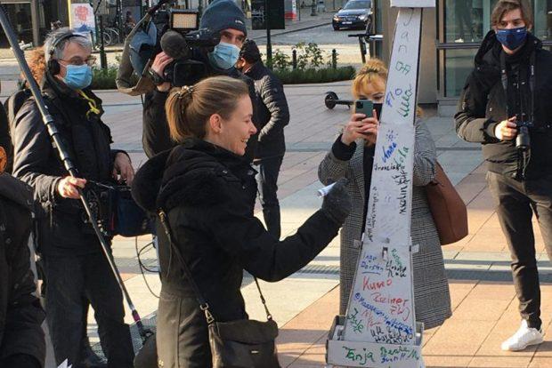 Anna Cavazzini unterschreibt auf dem weit gereisten Eiffelturm. Foto: #ParisGoesBrussels