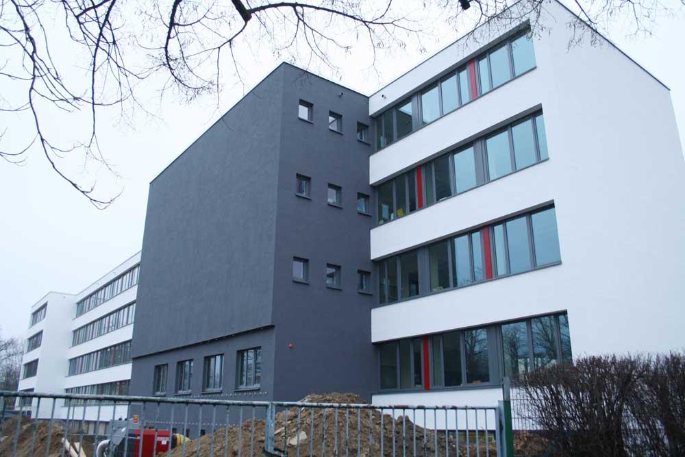 Sanierte Schule in der Erfurter Straße: Diese Fassade soll jetzt mit Grün zuwachsen. Foto: Ralf Julke