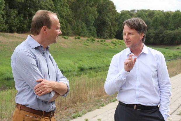 Umweltminister Wolfram Günther im August in der Burgaue im Gespräch mit Rüdiger Dittmar, Leiter es Amtes für Stadtgrün und Gewässer Leipzig. Foto: L-IZ