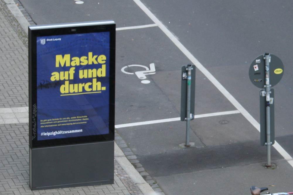 Die aktuelle Kampagne der Stadt: Maske auf und durch. Foto: Ralf Julke