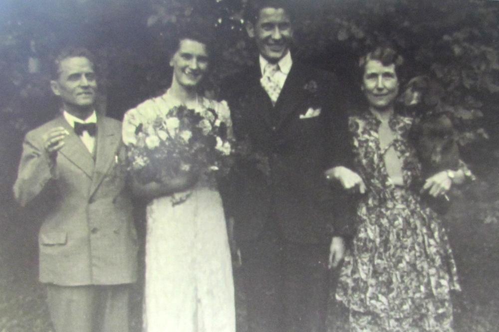 Hochzeitsbild um 1944 mit dem Ehepaar Matthes rechts und links außen. Foto: privat