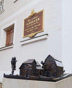 Das 1:100 Bronzemodell des Schillerhauses wurde Ende November 2020 in der Menckestraße eingeweiht. Foto: Stadtgeschichtliches Museum Leipzig, Nadine Gerth