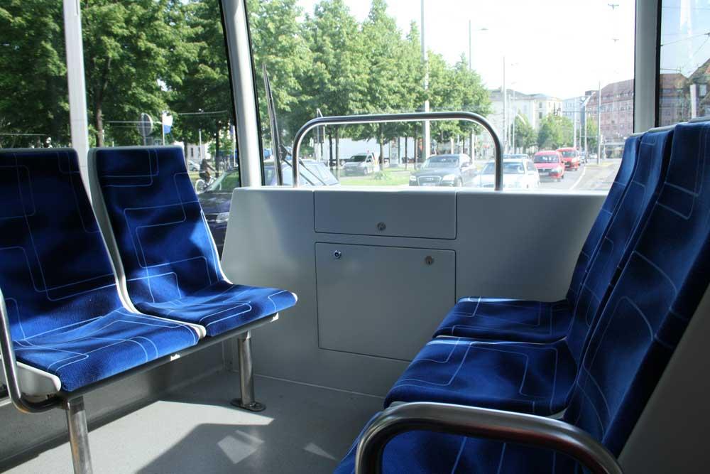 Mit Lockdown gibt es zumindest mehr freie Sitze in der Tram. Foto: Ralf Julke