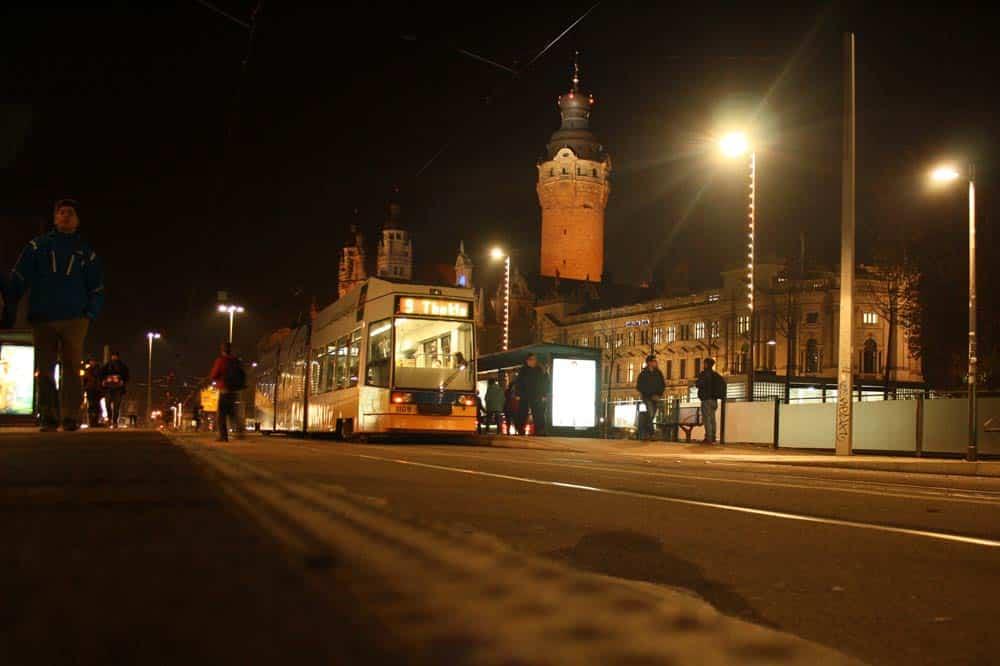 Straßenbahn an der Haltestelle Wilhelm-Leuschner-Platz. Foto: Ralf Julke