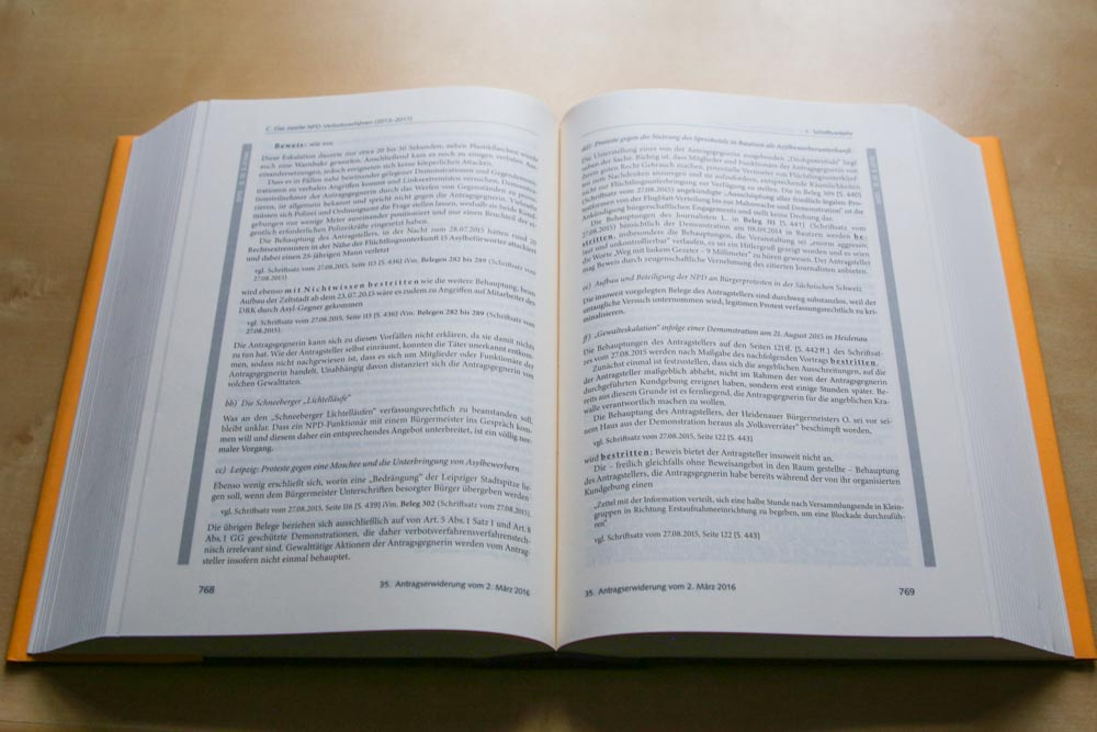 Das zweite NPD-Verbotsverfahren in Buchform. Foto: Martin Schöler