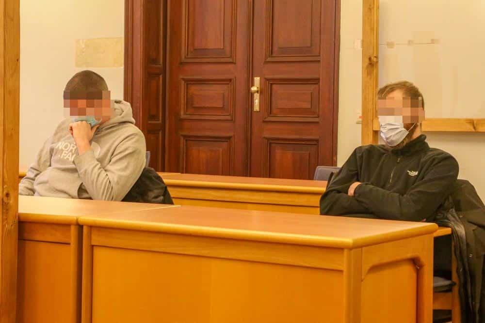 Berufungsverhandlung gegen Alexander S. und Maximilian E. (v.l.) wegen des Neonazi-Angriffs am 11. Januar 2016 in Leipzig-Connewitz. Foto: Martin Schöler
