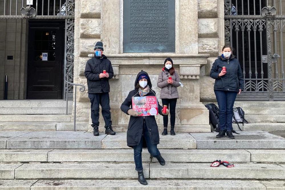 Mitglieder*innen verschiedener Umweltverbände halten in dieser Woche an jedem Tag eine Mahnwache vor dem Neuen Rathaus ab. Foto: Birthe Kleemann