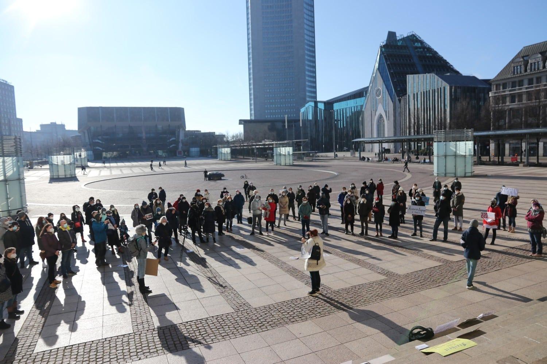 Trafen sich bereits zum zweiten Mal auf dem Augustusplatz in Leipzig: Leipziger/-innen, die die Entwicklungen in Russland genau beobachten. Foto: Michael Freitag