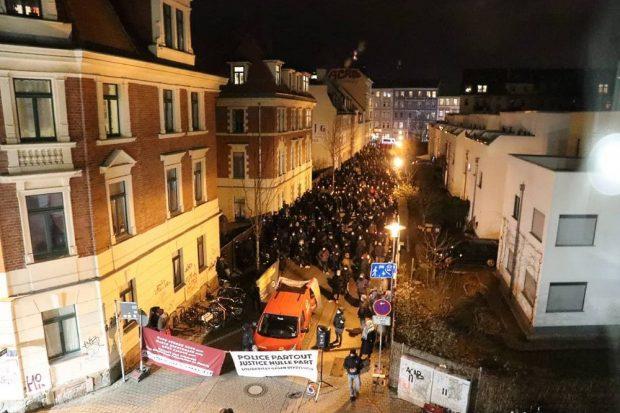 An der Biedermannstraße vis a vis der Polizeistation Wiedebachpassage fanden sich heute 250 Leipzigerinnen in Connewitz zum Gedenken an Oury Jalloh und weiterer Opfer von Polizeigewalt unter den Augen der Polizei ein. Foto: L-IZ.de