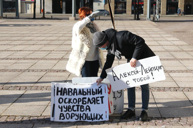 Deutsche und russische Parolen auf dem Augustusplatz. Foto: Michael Freitag