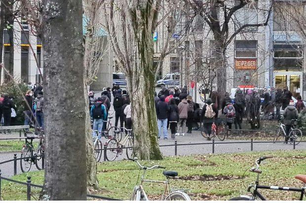 Bereits am frühen Nachmittag trafen sich Menschen am Wagnerpark, da wo Kamal K. ermordet wurde. Foto: Privat