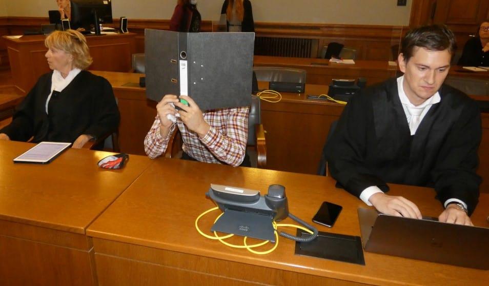 Der Angeklagte Edris Z. (31, Gesicht verdeckt) mit Pflichtverteidigerin Petra Costabel und Wahlverteidiger Georg K. Rebentrost. Foto: Lucas Böhme
