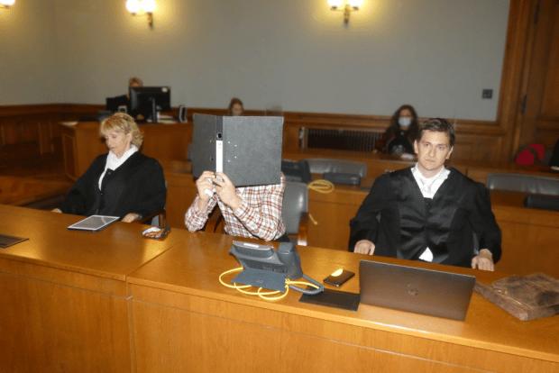 Edris Z. (31, M.) verbirgt zum Prozessauftakt neben den Strafverteidigern Petra Costabel und Georg K. Rebentrost sein Gesicht. Foto: Lucas Böhme