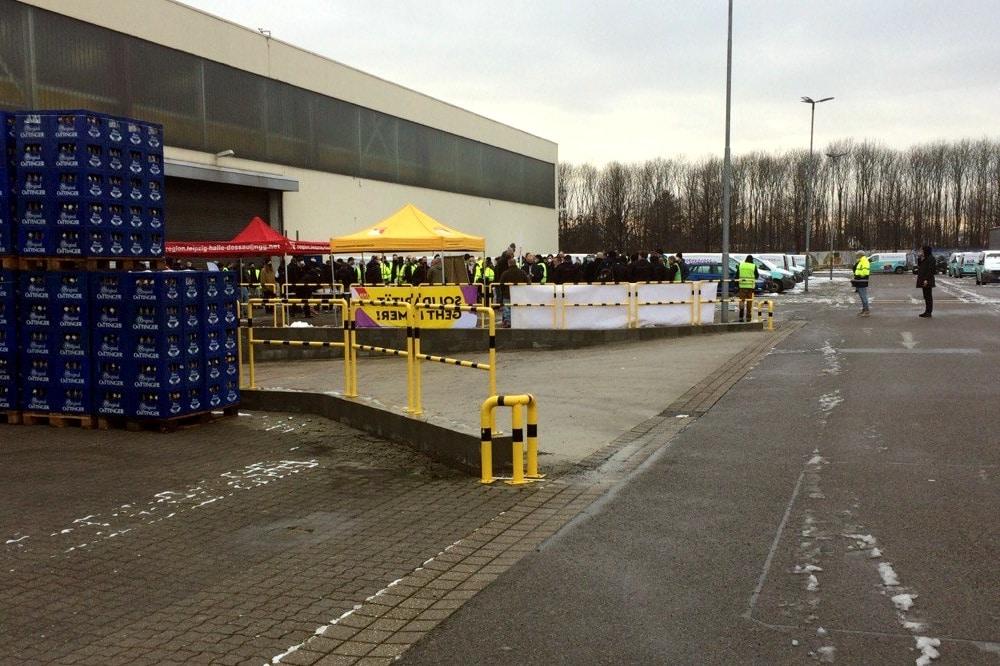 """Drinnen auf dem """"Durstexpress""""-Gelände: Die erste Mitarbeiterversammlung zur Betriebsratsvorbereitung. Foto: LZ"""