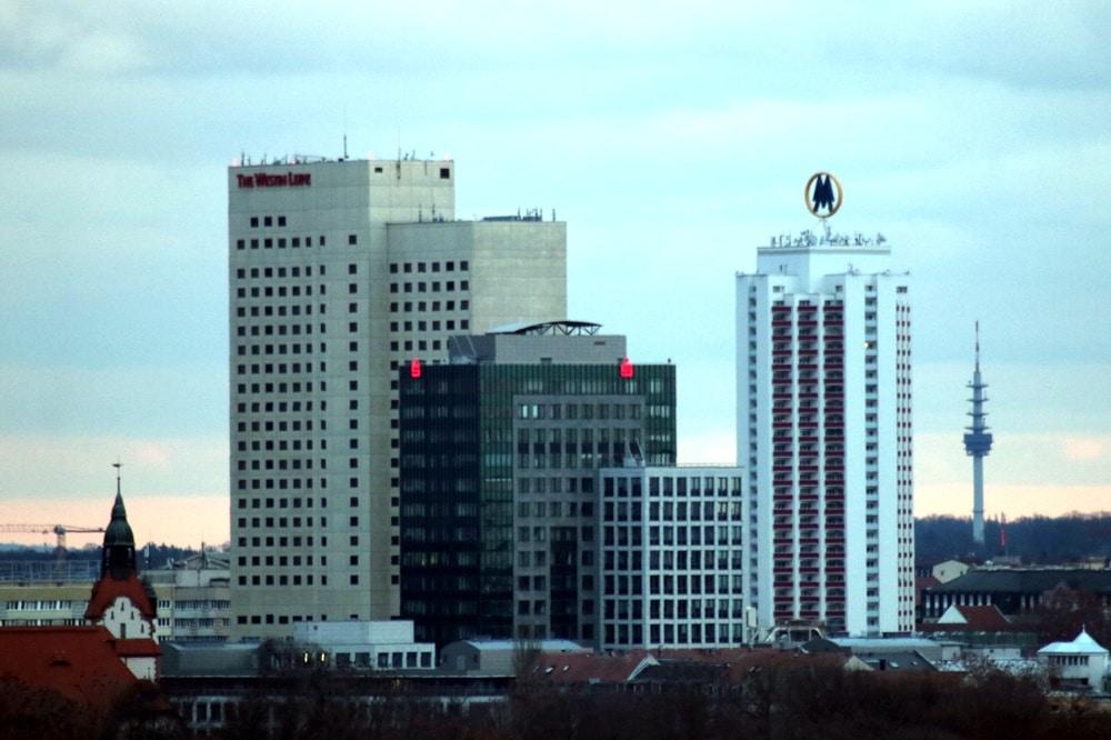 Ein Blick aus dem Norden in die Innenstadt von Leipzig mit Messehochhaus, Sparkassenzentrale und Marriot-Hotel. Foto: LZ