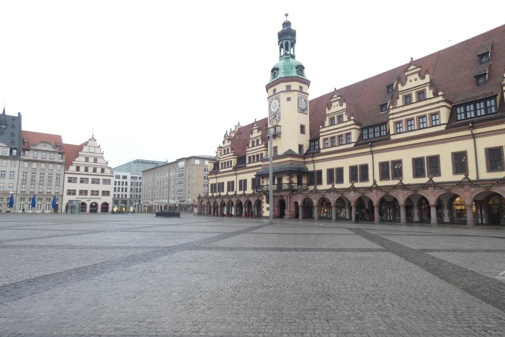 Wie leergefegt - und dabei wird es vorerst bleiben: Der Leipziger Markt vor dem Alten Rathaus am 5. Januar 2021. Foto: Lucas Böhme