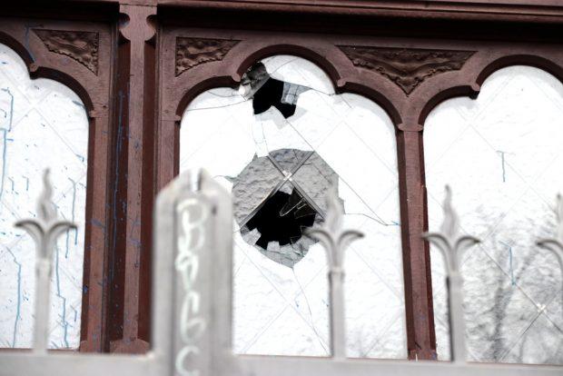 Scheibenbruch am Haupteingang nach dem Steinbewurf. Foto: L-IZ.de