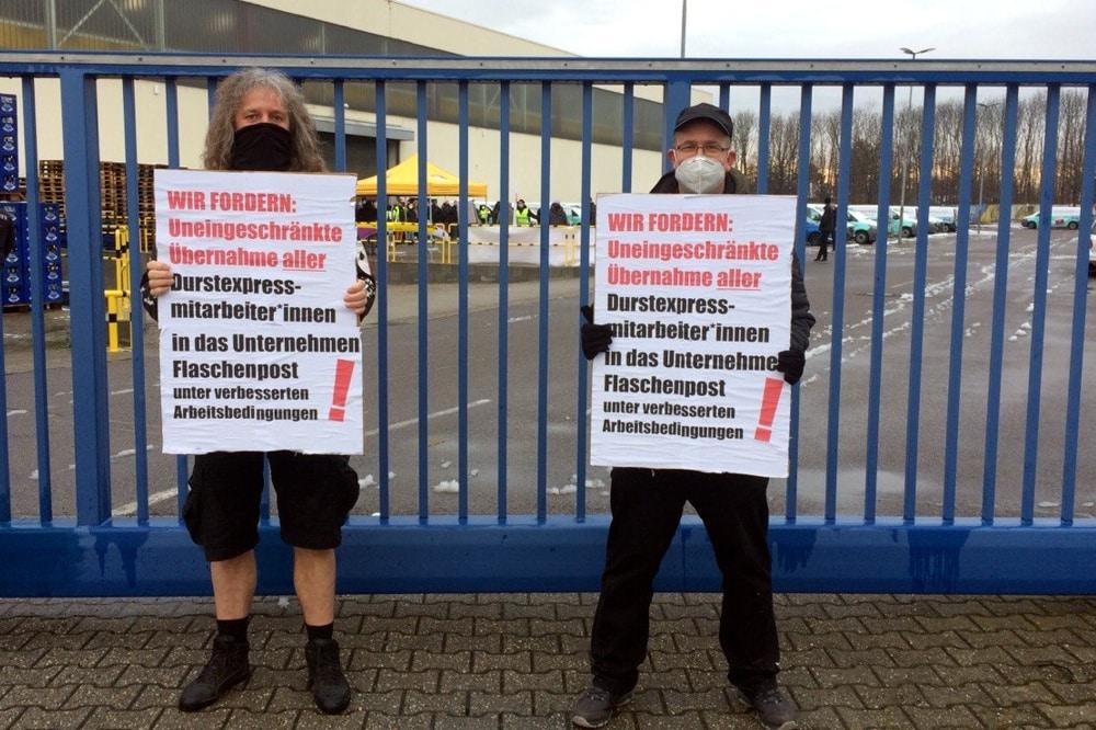 """Die Leipziger Stadträte Thomas """"Kuno"""" Kumbernuß (PARTEI) und Marco Götze (Linke) am Tor von """"Durstexpress"""". Foto: LZ"""