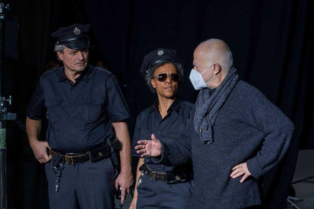Yadegar Asisi gibt Regieanweisung an Polizeikomparsen. Foto: Asisi