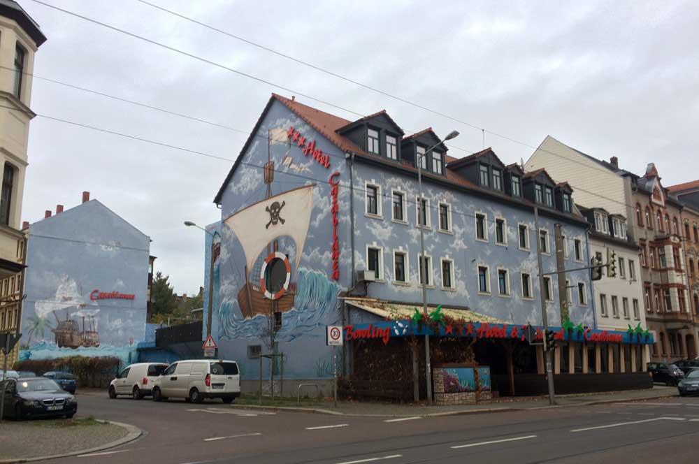 """Fassadengestaltung des """"Casablanca"""" in der Ossietzkystraße / Ecke Leostraße in Schönefeld. Foto: L-IZ"""