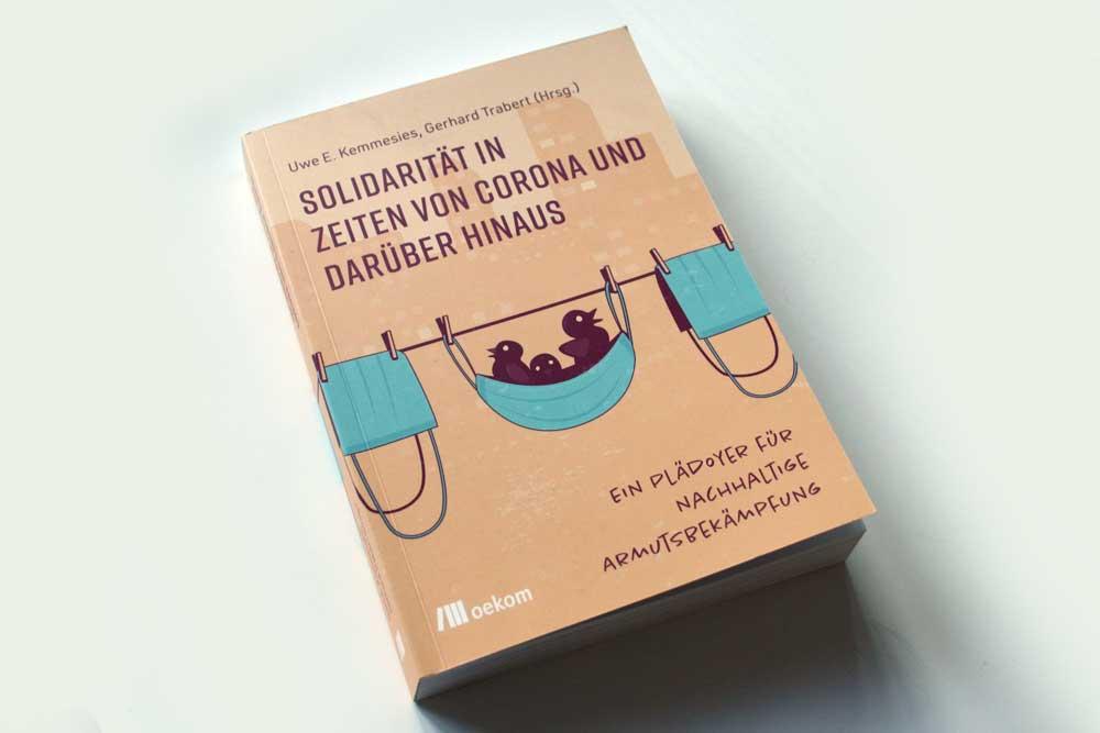 Uwe E. Kemmenies, Gerhard Trabert (Hrsg.): Solidarität in Zeiten von Corona und darüber hinaus. Foto: Ralf Julke