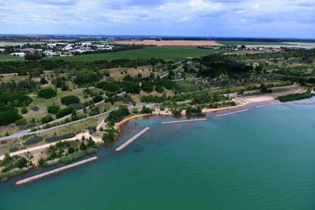 Wellenbrecher sollen das Ufer des Störmthaler Sees sichern. Foto: LMBV