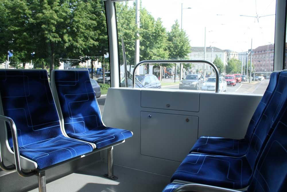 Corona-Zeit in der Straßenbahn: Öfter mal mehr Platz für alle. Foto: Ralf Julke