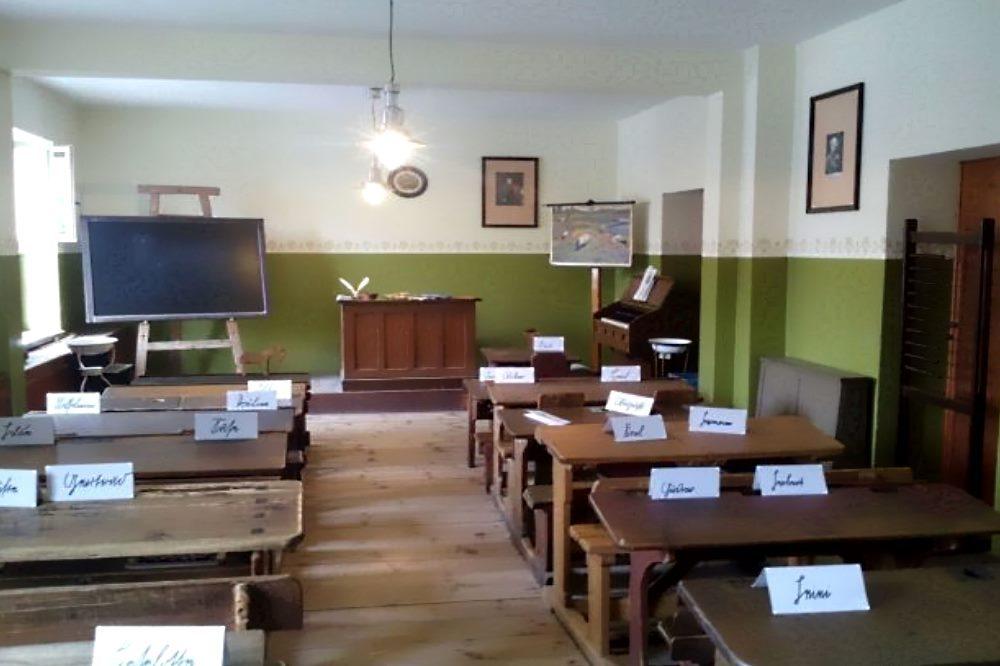Keine Trommeln, sondern Bänke im kaiserzeitlichen Klassenzimmer im Schulmuseum. Foto: Marko Hofmann
