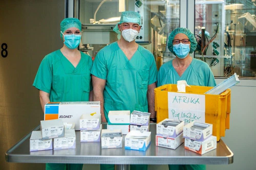 Dr. Franziska Frank, Dr. Ronny Grunert und Constanze Drephal sammeln OP-Material für ein Krankenhaus in Madagaskar. Foto: Hagen Deichsel / UKL