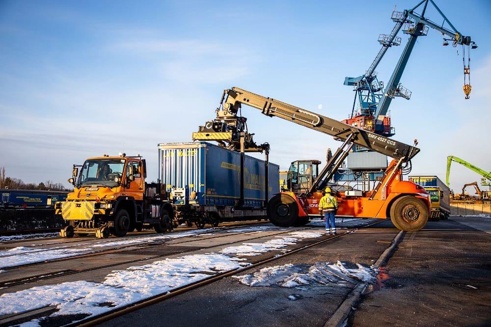 TrailerPort Alberhafen - Sattelauflieger wird direkt auf Bahn verladen © SMWA