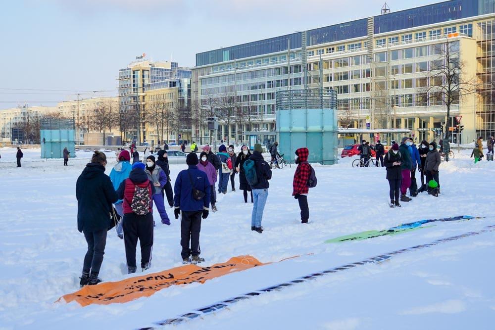 """Kundgebung der Initiativen """"Alarm Phone"""" und """"Seebrücke"""" am 9. Februar 2021 auf dem Leipziger Augustusplatz. Foto: Martin Schöler"""