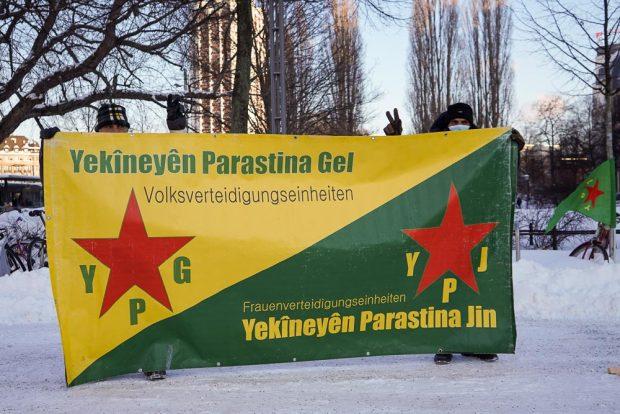 Einige Teilnehmer zeigten Symbole der kurdischen Guerillamiliz YPG. Foto: Martin Schöler