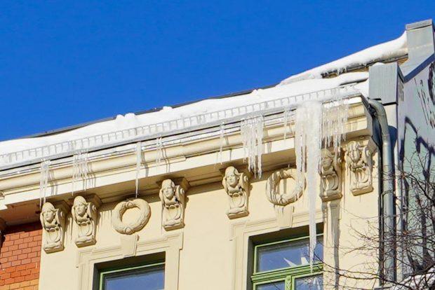 An einem Haus am Wiedebachplatz in Leipzig-Connewitz haben sich riesige Eiszapfen gebildet. Foto: Martin Schöler