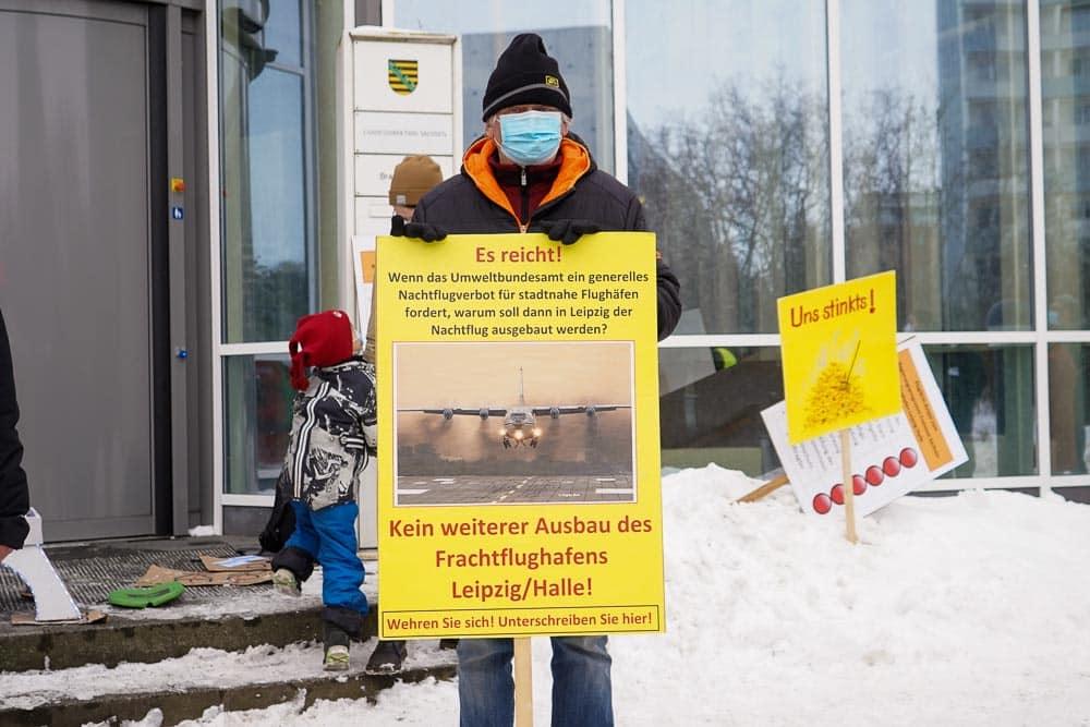 Kundgebung gegen den geplanten Flughafenausbau. Foto: Martin Schöler