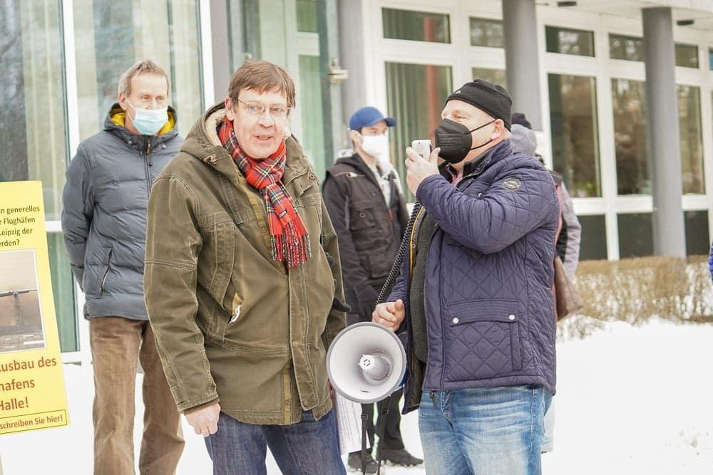 Kundgebung gegen den geplanten Flughafenausbau am 15. Februar vor der Landesdirektion mit Bert Sander (links). Foto: Martin Schöler