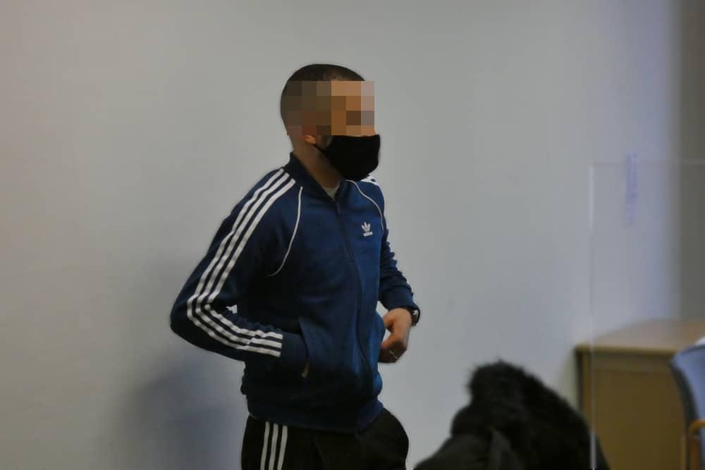 Schweigt bislang: Der Angeklagte Aymen B. (27) beim Prozessauftakt im Gerichtssaal. Foto: Lucas Böhme