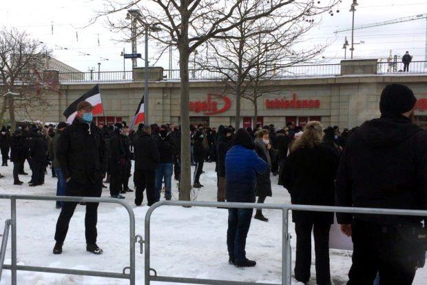 13. Februar 2021: Rund 700 Neonazis am Dresdner Hauptbahnhof. Foto: LZ