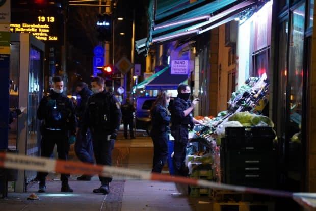 17:11 Uhr kam der Notruf, nun ist die Polizei an der Eisenbahnstraße. Foto: Tom Richter