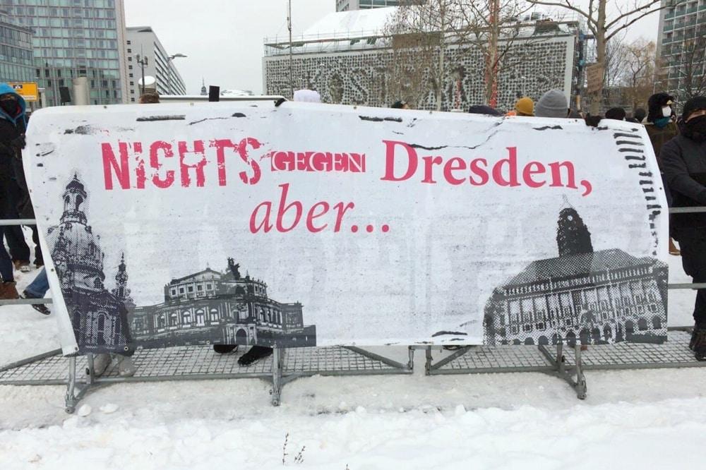Der Gegenprotest am Dresdner Hauptbahnhof. Foto: LZ